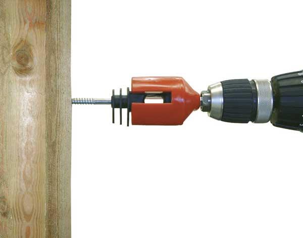 ringisolator bit på el-skrutrækker i træpæl