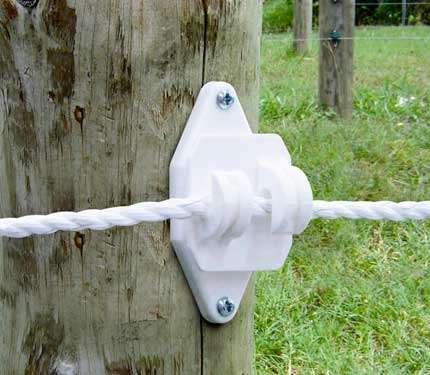 Hvid klo isolator med på træpæl
